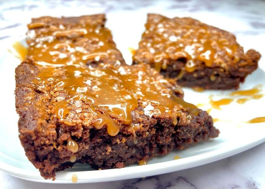 Fudgy Nutella Brownies with Salted Caramel Sauce (Photo by Viana Boenzli)